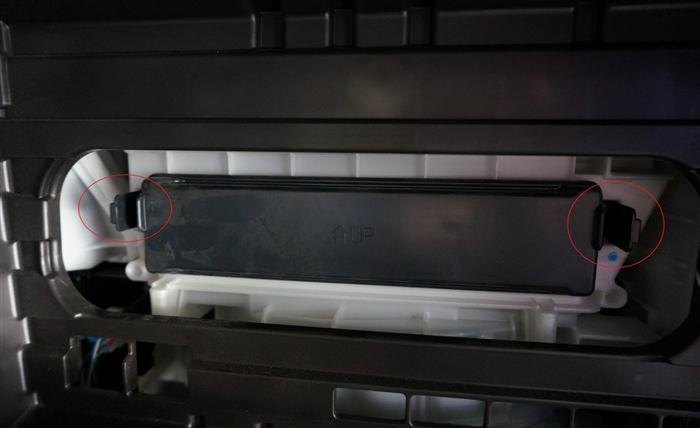 换空气滤芯很简单,不需要工具,这个位置是发动机空气滤芯,只有4个卡扣封闭。   扣开,卡扣,扣开,打开总成盖子,取出旧的空滤过滤器进行更换,再扣回就可。  第二步进行更换空调滤产品、 打开手套箱,在手套箱右侧有一个阻尼杆连接,需要断开连接,见下图红圈地方,用手轻轻一掰就开了   然后在手套箱里面有两个卡子,见下图红圈处   用两只手轻轻挤压手套箱左右两侧,然后往下拉,就可以拆下手套箱了   拆下之后看到里面有个黑色盖子,这里面就是空调滤芯了,盖子两侧分别有个卡子,用手轻轻一按就拿下来了    把旧的产品抽